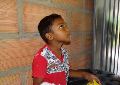 Niño mira su casa mejorada